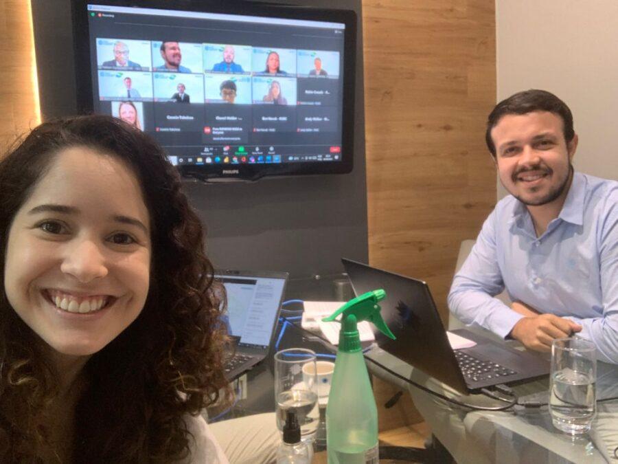 Mariana Moraes e Anderson Soares apresentando o artigo no evento